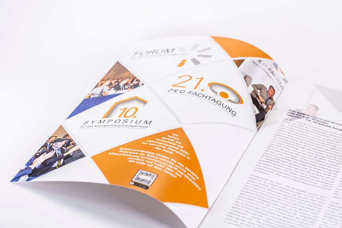 Design des Layouts für die Innenseiten einer Zeitschrift der PEG.