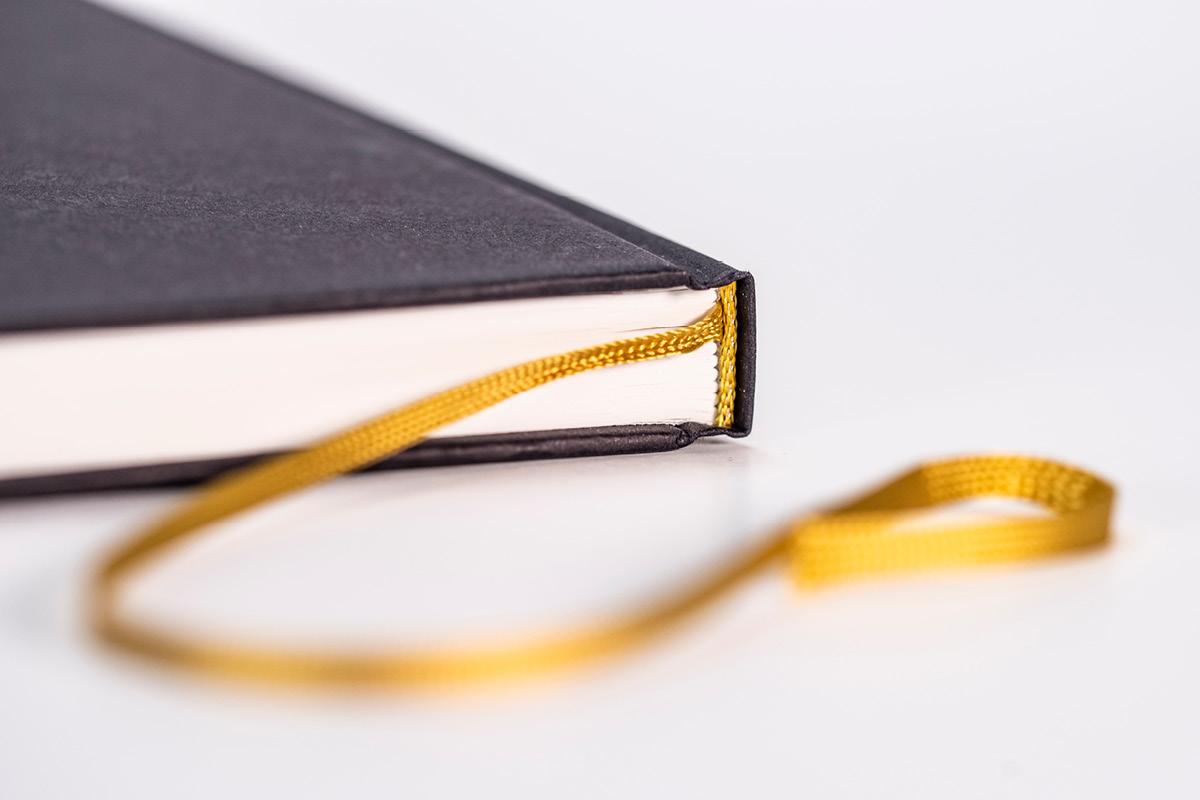 Design eines Notizbuches mit Hardcover und Fadenheftung.
