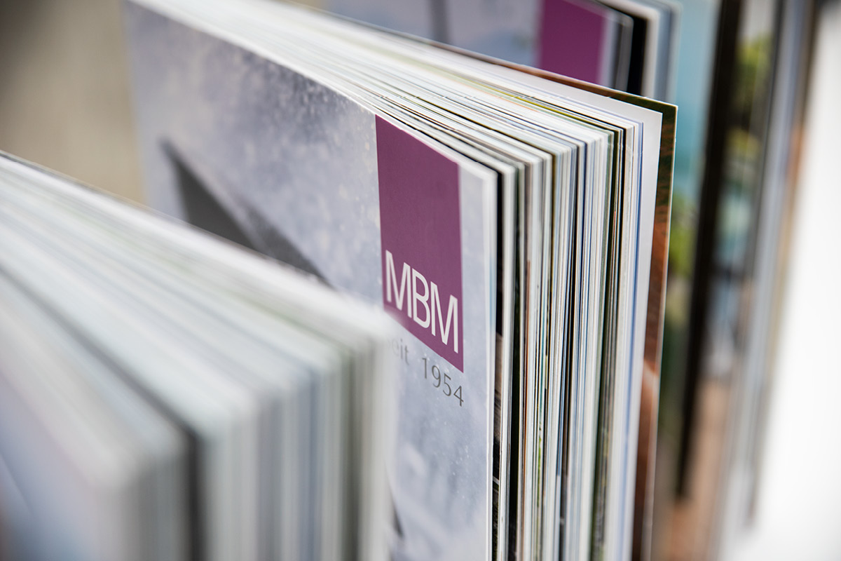 Design mehrerer MBM Kataloge im Detail.