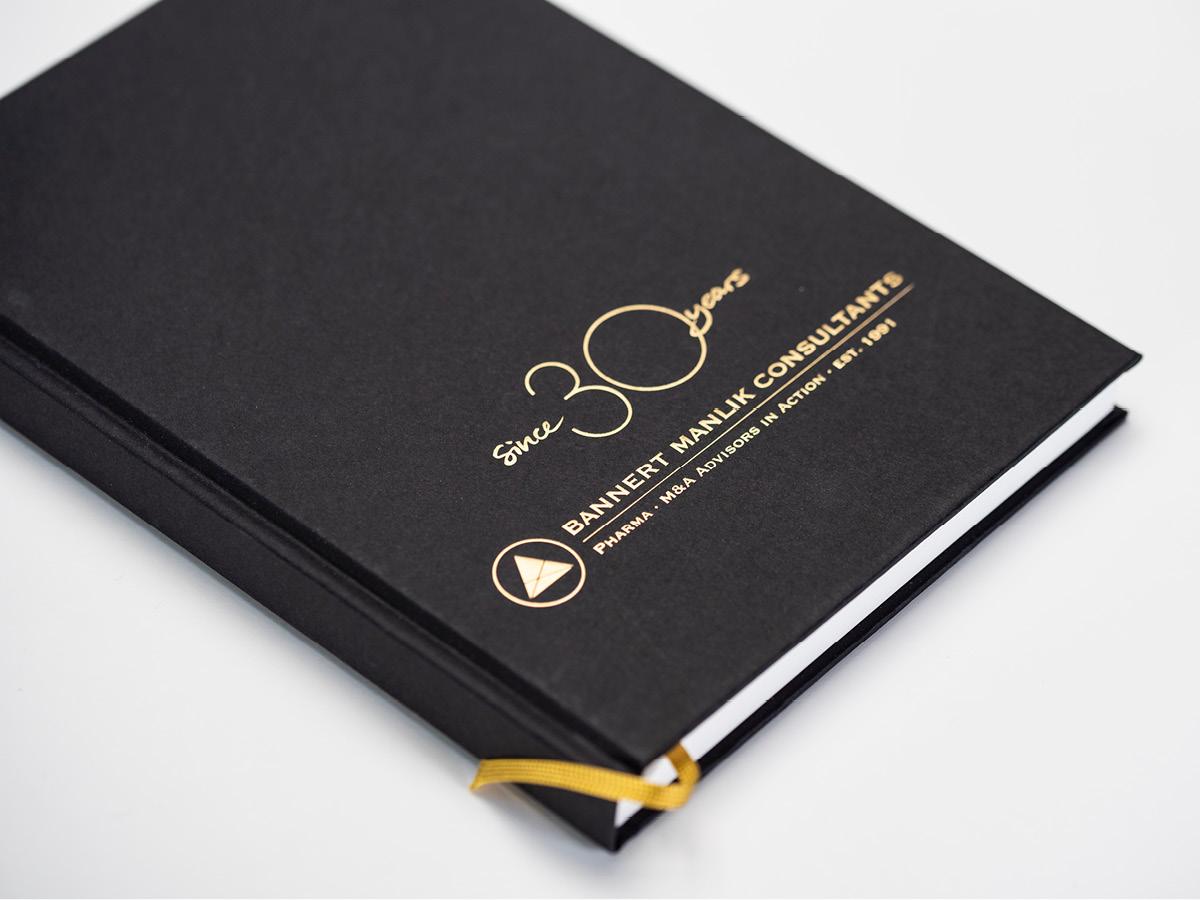 Design eines Notizbuches mit Goldprägung als Werbegeschenkt.